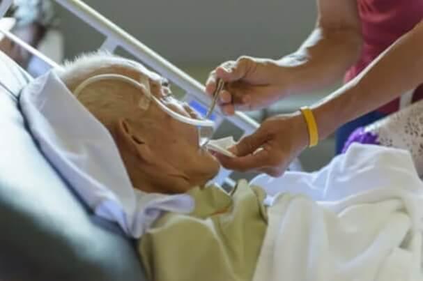 Ηλικιωμένος στο νοσοκομείο
