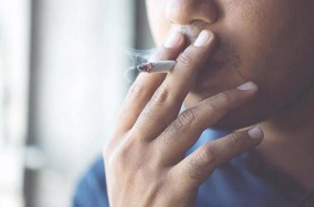 Κορωνοϊός: Πώς το κάπνισμα αυξάνει τον κίνδυνο επιπλοκών
