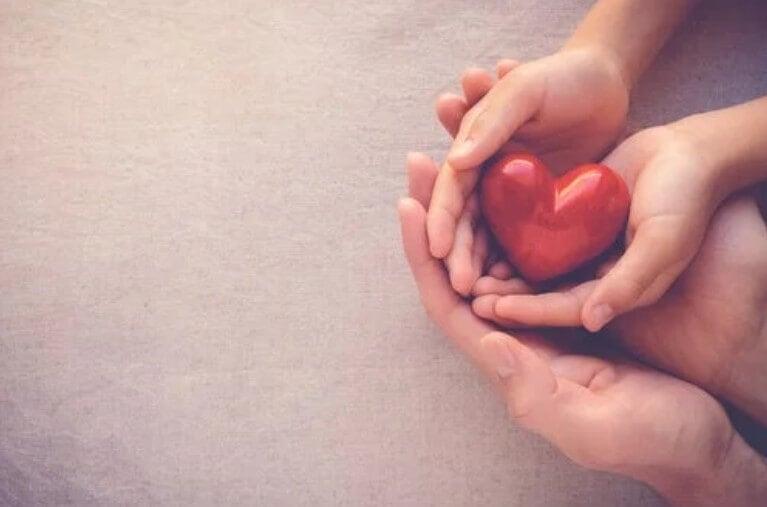 καρδιά σε παιδικά χέρια
