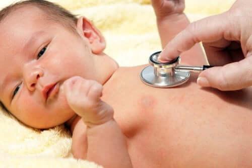 Μωρό εξετάζεται από γιατρό