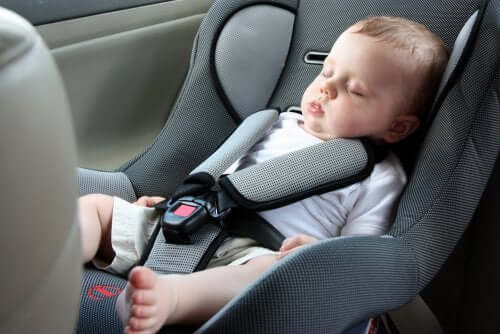 Μωρό κοιμάται στο κάθισμα αυτοκινήτου