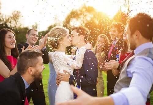 Νιόπαντρο ζευγάρι φιλιέται