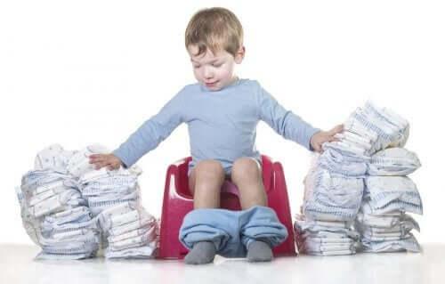 Παιδί κάθεται σε γιο γιο με πολλές πάνες γύρω του