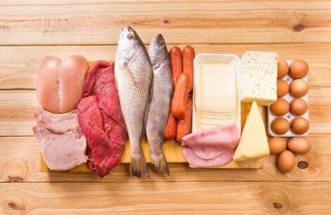 Ψάρια, κρέας, τυριά, και αβγά πάνω σε πάγκο