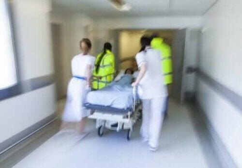 Τραυματιοφορείς μεταφέρουν ασθενή