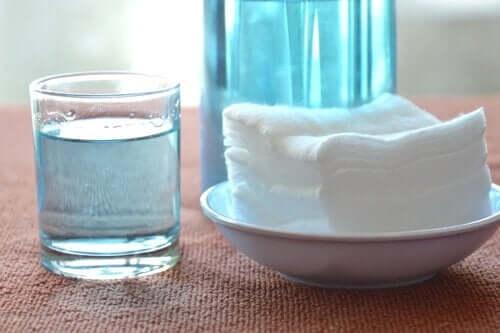 Υπεροξείδιο του υδρογόνου σε ποτήρι και πετσέτες σε μπολ