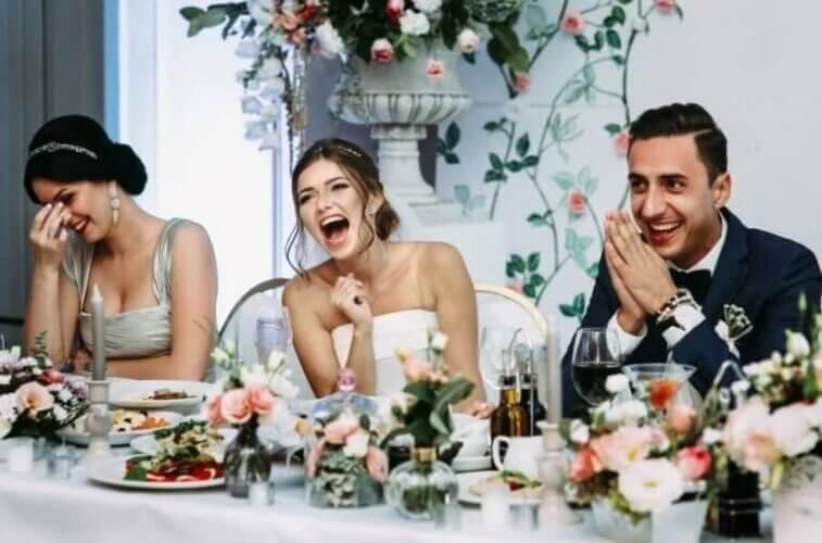 Ζευγάρι γελά στο γαμήλιο τραπέζι