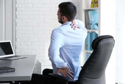 Άνδρας με πόνο στην πλάτη και τη μέση