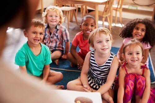 Δασκάλα διαβάζει σε παιδιά
