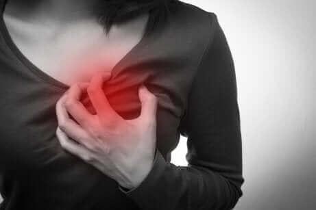 Γυναίκα με πόνο στο στήθος