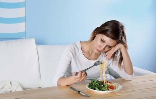Γυναίκα που δεν έχει όρεξη για φαγητό