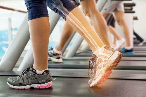Γυναίκα σε διάδρομο γυμναστικής