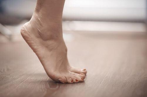 Γυναίκα στέκεται στα δάκτυλα των ποδιών της