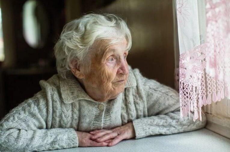 Ηλικιωμένη σε παράθυρο