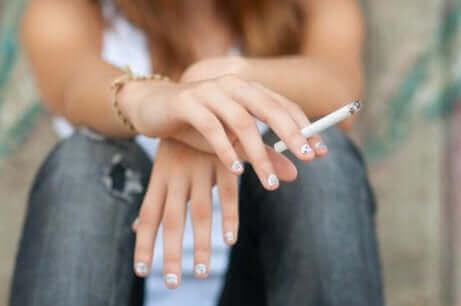 Κοπέλα κρατά τσιγάρο στο χέρι