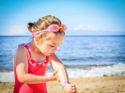 Κοριτσάκι κοιτά το χέρι του