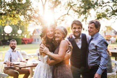 Μητέρα αγκαλιάζει τη νύφη