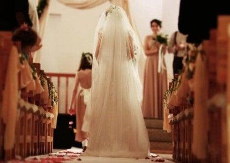Νύφη βαδίζει στο Ιερό-μητέρα της νύφης