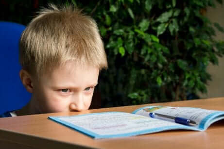 Παιδί κοιτά βιβλίο