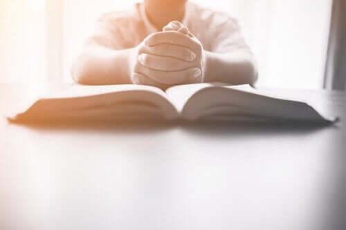 Παιδί πάνω από ανοιχτό βιβλίο