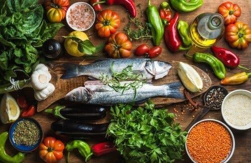 Ψάρια, λαχανικά, δημητριακά, και βότανα πάνω σε τραπέζι