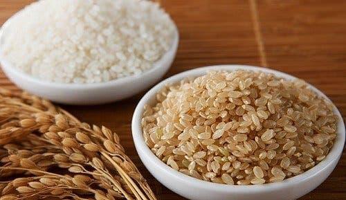 Ρύζι καστανό και ρύζι λευκό σε πιάτα