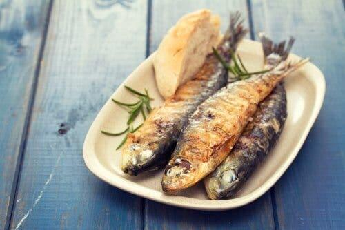 Τηγανητά ψάρια σε πιάτο