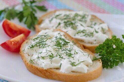 Τυρί πάνω σε φέτες ψωμιού
