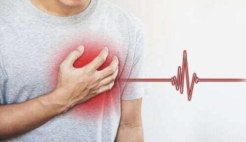 Άνδρας πιάνει το στήθος του στην περιοχή της καρδιάς