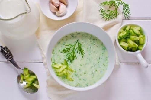 Σούπα χαμηλών θερμίδων με αγγούρι και αβοκάντο