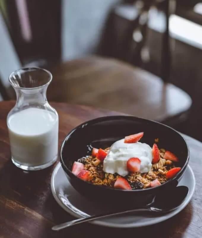 πρωινό με δημητριακά και γάλα