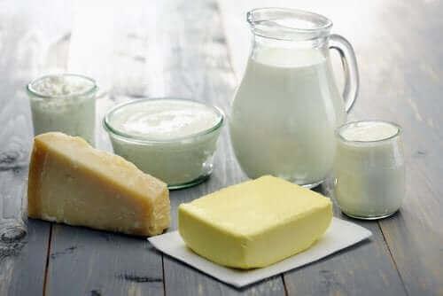 Γαλακτοκομικά προϊόντα πάνω σε τραπέζι