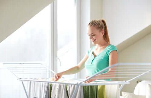Γυναίκα απλώνει ρούχα σε απλώστρα