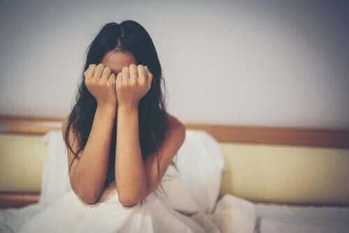 Γυναίκα κλαίει στο κρεβάτι της