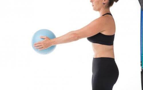 Γυναίκα κρατά μια μπάλα