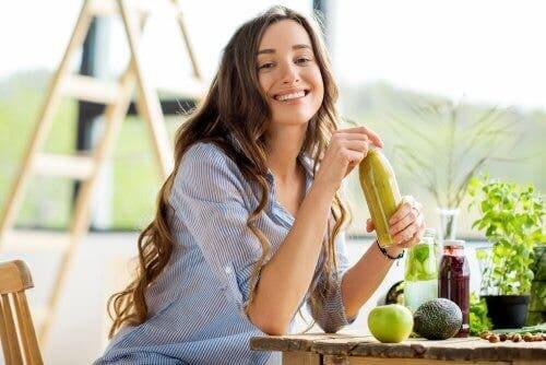 Γυναίκα κρατά μπουκάλι με πράσινο ρόφημα