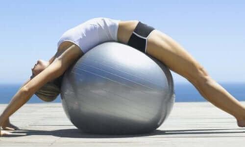 Γυναίκα τεντώνεται σε μπάλα γιόγκα