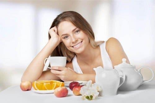 Γυναίκα τρώει φρούτα