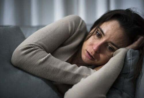 Γυναίκα ξαπλωμένη κλαίει
