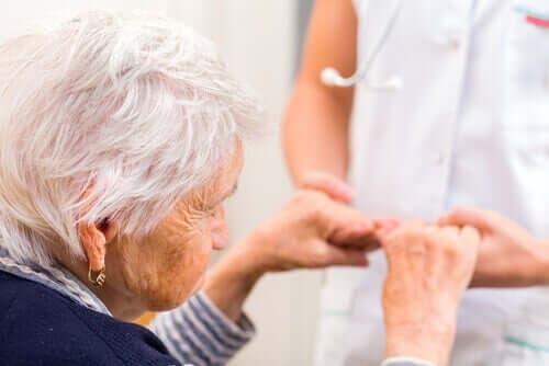 Ηλικιωμένη κρατά τα χέρια νοσοκόμας