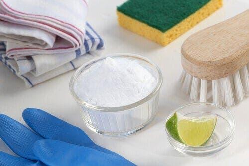 Μαγειρική σόδα και λεμόνι σε δοχεία