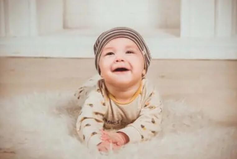 Χαρούμενο μωρό σε χαλί