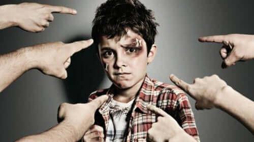 Πολλά άτομα δείχνουν ένα χτυπημένο παιδί