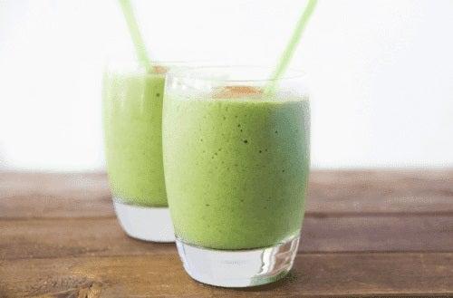 Πράσινο σμούθι σε δύο ποτήρια