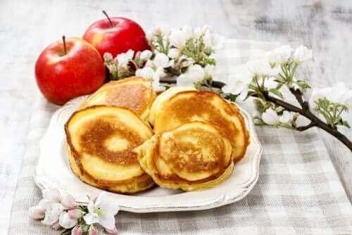 Τηγανίτες σε πιάτο και δύο μήλα