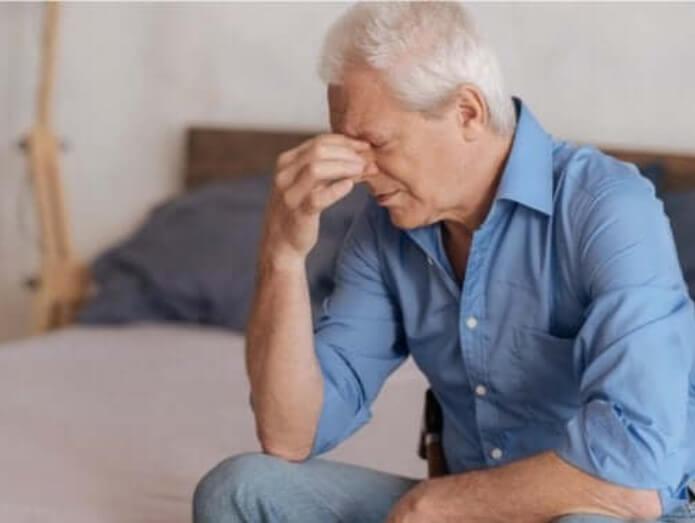 Άνδρας λυπημένος για το το θάνατο του συντρόφου