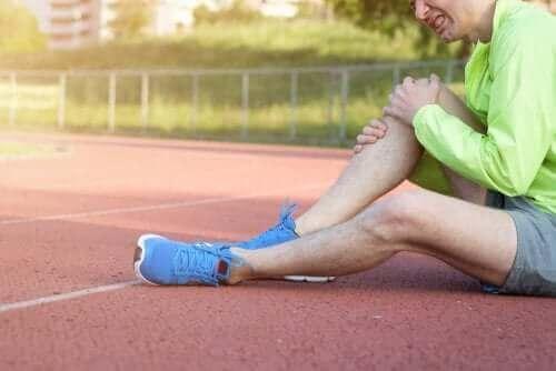 Άνδρας με τραυματισμένο γόνατο