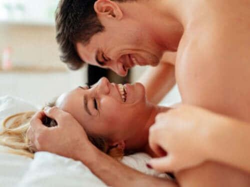 Άνδρας πάνω από γυναίκα σε στάσεις του σεξ