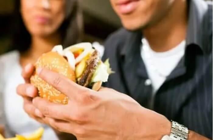 Λάθη στη διατροφή άνδρας τρώει μπέργκερ