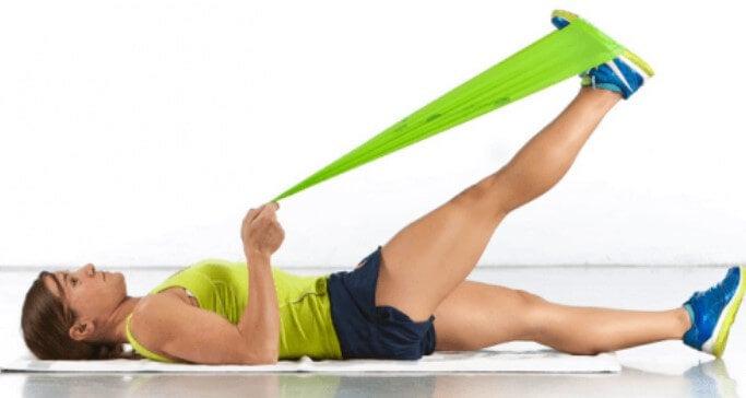 Γυναίκα κάνει ασκήσεις για οστεοαρθρίτιδα γονάτου